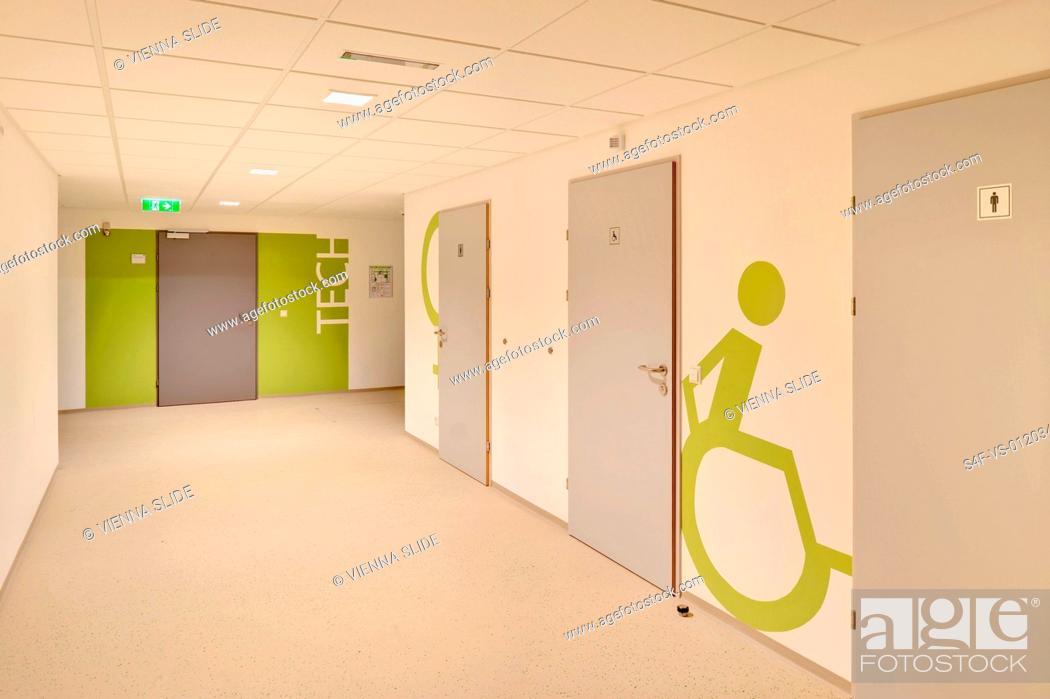 Stock Photo: Piktogramm für die Behindertentoilette in einer Schule.