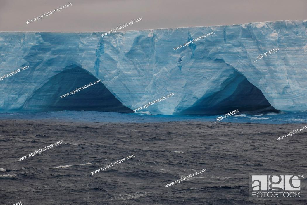 Imagen: Iceberg floating in the South Atlantic Ocean, Weddell Sea, Antarctic Peninsula, Antarctica.