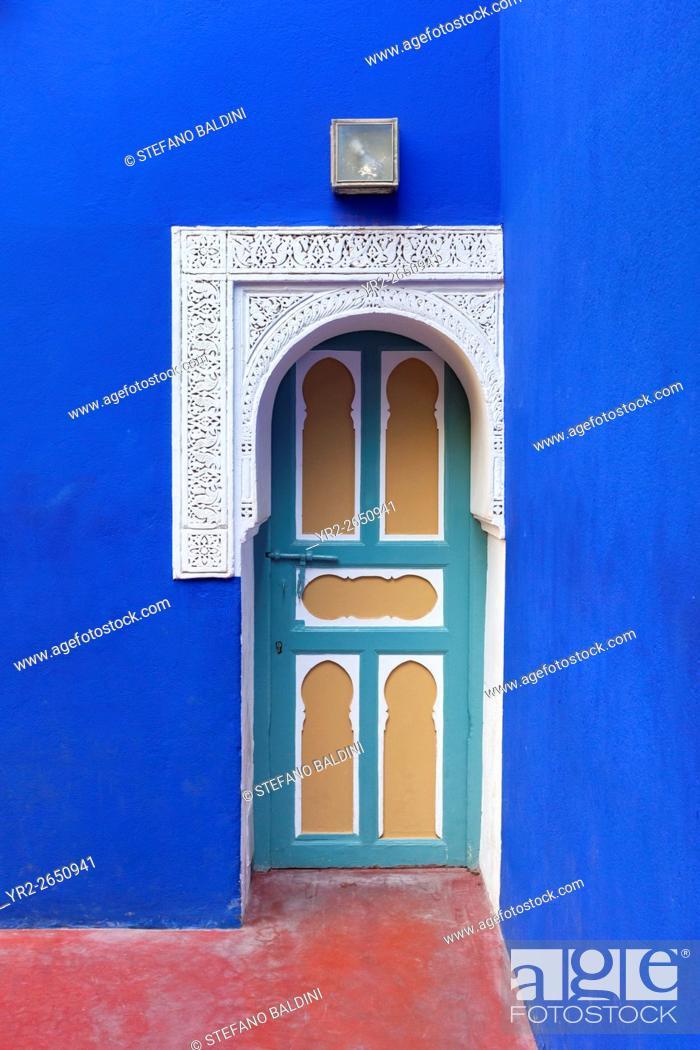 Imagen: Beautiful and vibrant door at the Marjorelle gardens, Marrakech, Morocco.