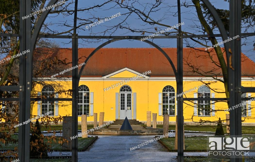Imagen: 26 January 2021, Brandenburg, Neuzelle: The building of the orangery in the monastery garden of Neuzelle Monastery. The grounds of the Cistercian monastery in.