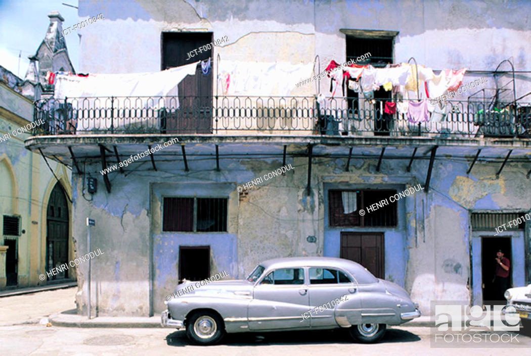 Stock Photo: Havana, old house, old american cars.