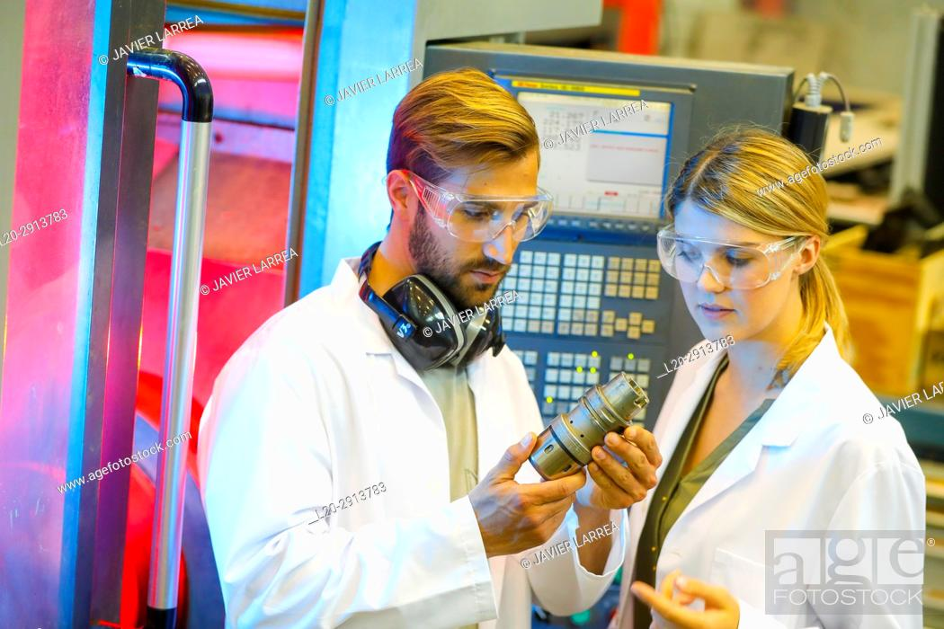 Imagen: Machine tool for 5-axis milling, Researchers in machining center, Industry, Tecnalia Research & innovation, Technology and Research Centre.
