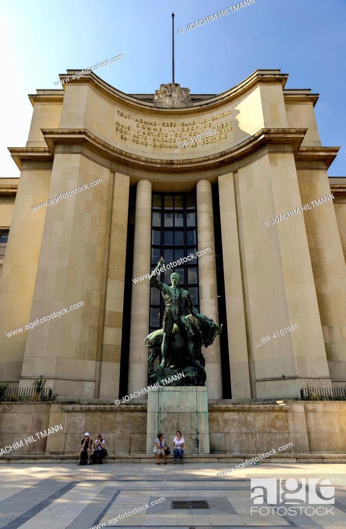 Imagen: Bronze sculpture of Hercules and the Cretan Bull of Albert Pommier in front of the Palais de Chaillot, Trocadéro, Paris, France.