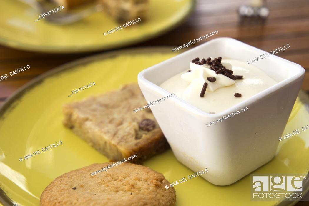 Imagen: Vanilla mousse dish with desserts.