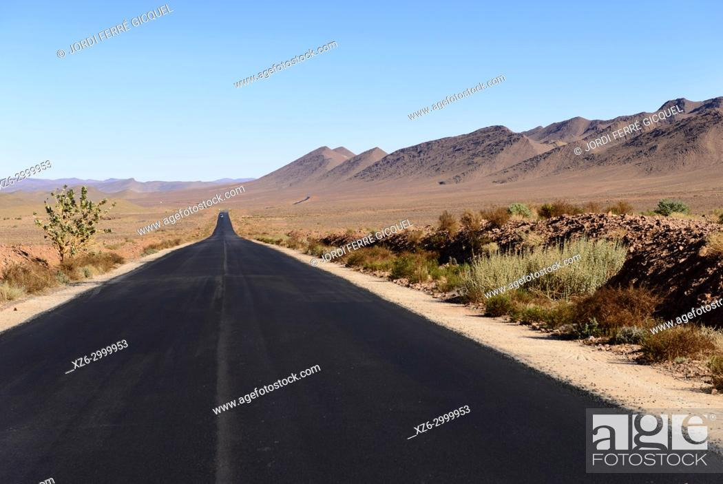 Imagen: Road R108 near Tassawant, Morocco, Africa.