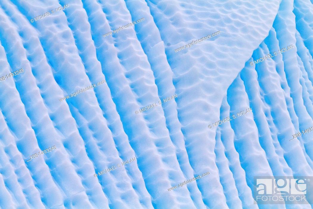Imagen: Iceberg in Lemaire Channel on the western side of the Antarctic Peninsula during the summer months, Southern Ocean  MORE INFO An increasing number of icebergs.