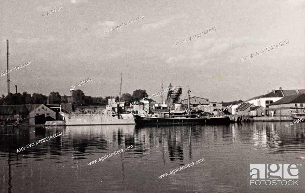 Stock Photo: First World War: naval vessel along the dock of Ostend, shot 1914-1918.