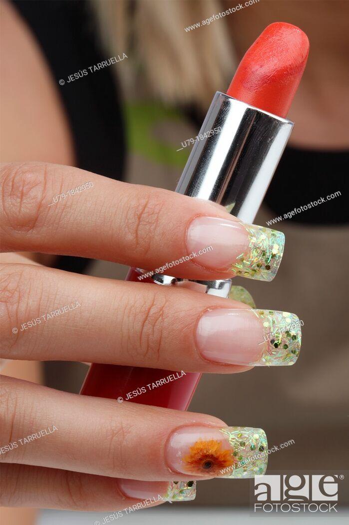 Imagen: Manicure  Nails with floral makeup.
