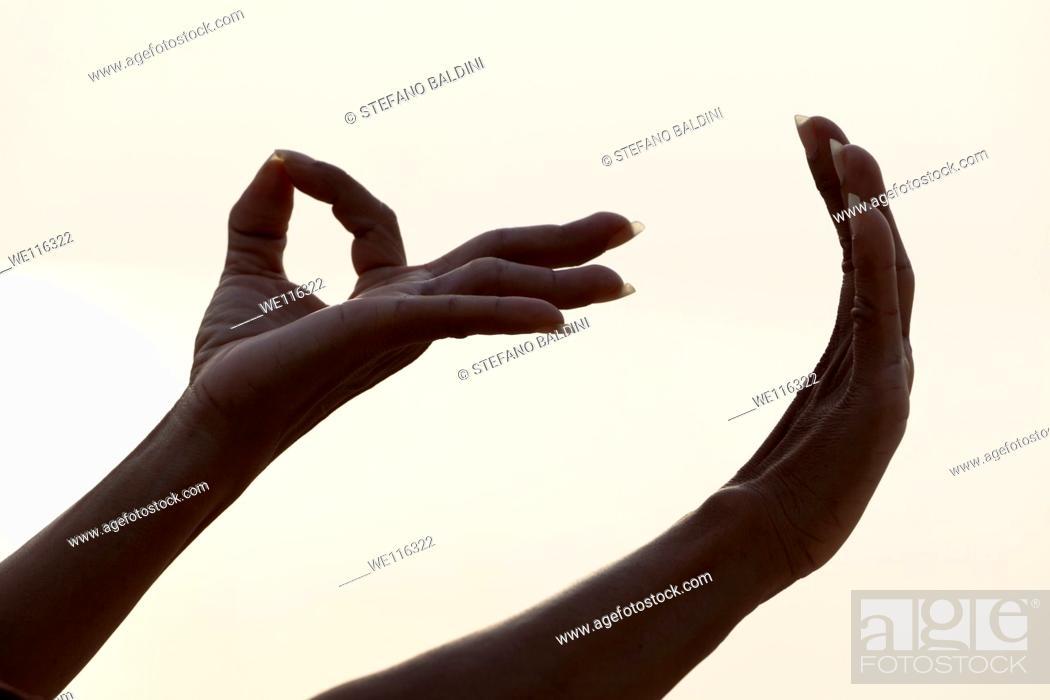Imagen: Detail of female forming Mudra hand gesture used in yoga practice meditation.