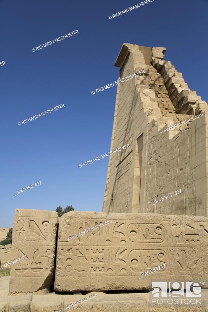 Imagen: Hieroglyphics, Seventh Pylon, Karnak Temple Complex, UNESCO World Heritage Site, Luxor, Egypt.