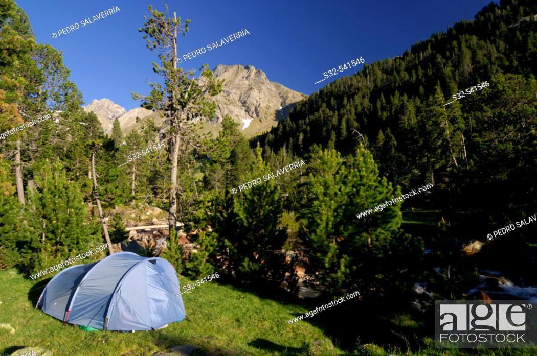 Stock Photo: Tent. Tuqueta Blanca de Vallibierna (2790 m.). Vallibierna Valley. Benasque. Huesca province, Aragón. Spain.