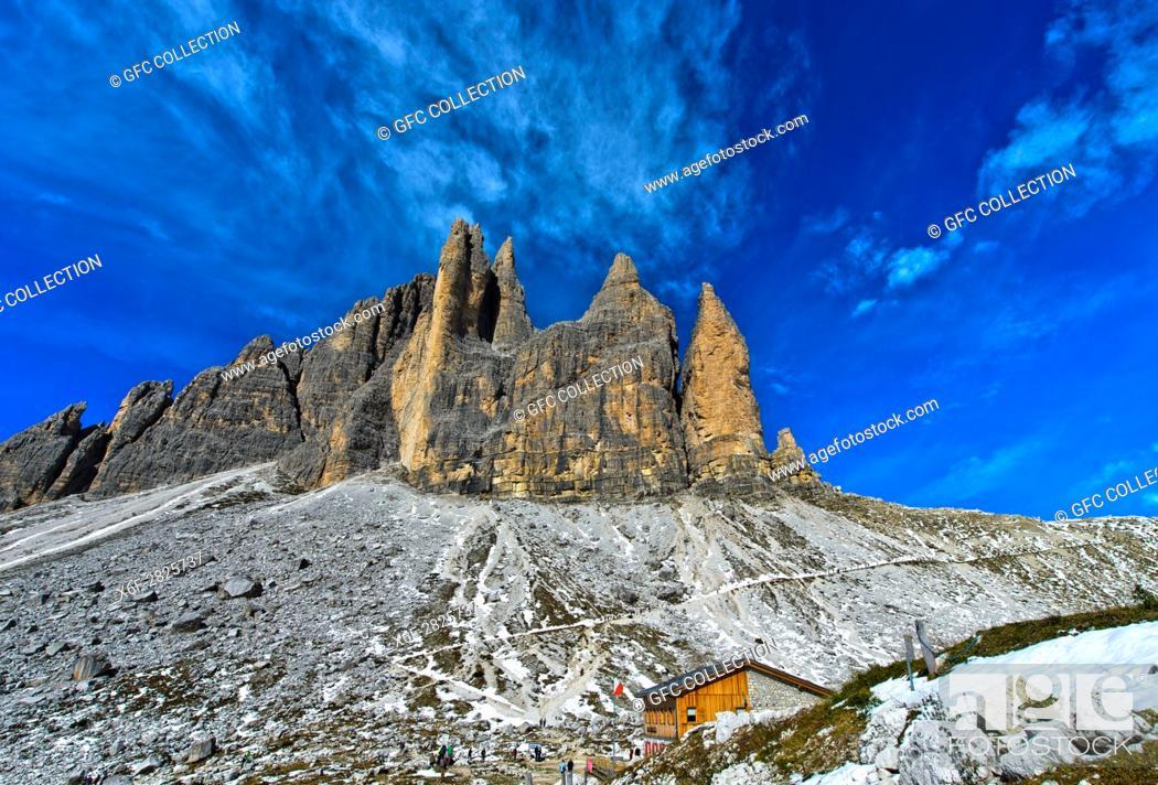 Photo de stock: Berghütte Rifugio Lavaredo, Lavaredohütte, am Drei-Zinnen-Wanderweg, hinten Gebirgsstock der Drei Zinnen, Sextner Dolomiten, Südtirol, Trentino-Alto Adige.