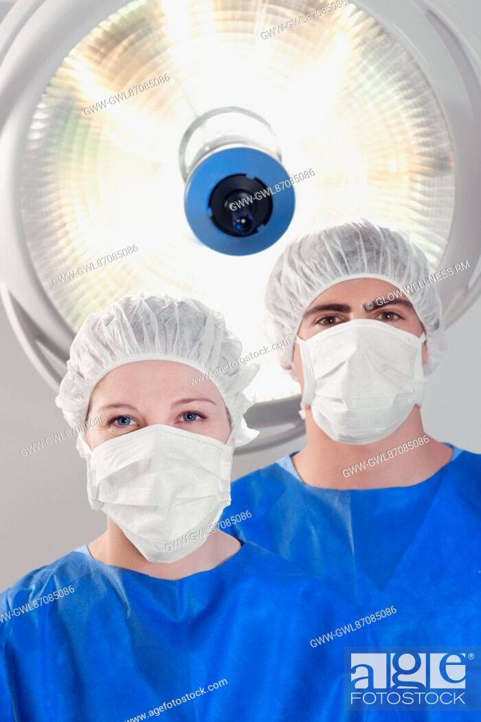 Imagen: Two surgeons in an operating room.