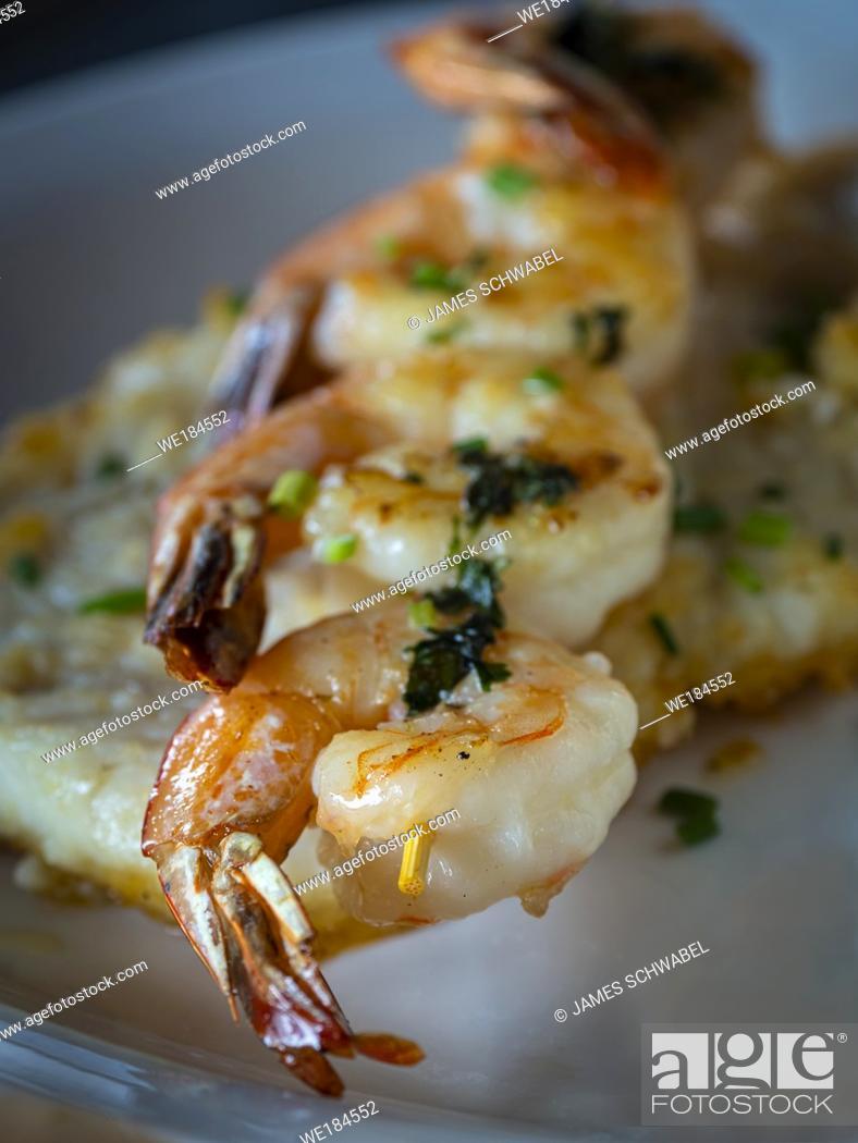 Imagen: Closeup of Grilled Shrimp on skewer.