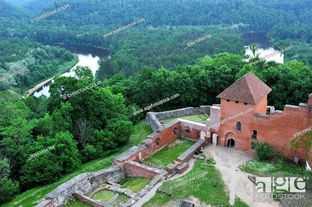 Imagen: Medieval brick castle overhanging the Gauja River, Turaida Museum Reserve, Sigulda, Gauja National Park, Vidzeme Region, Latvia, Baltic region, Northern Europe.