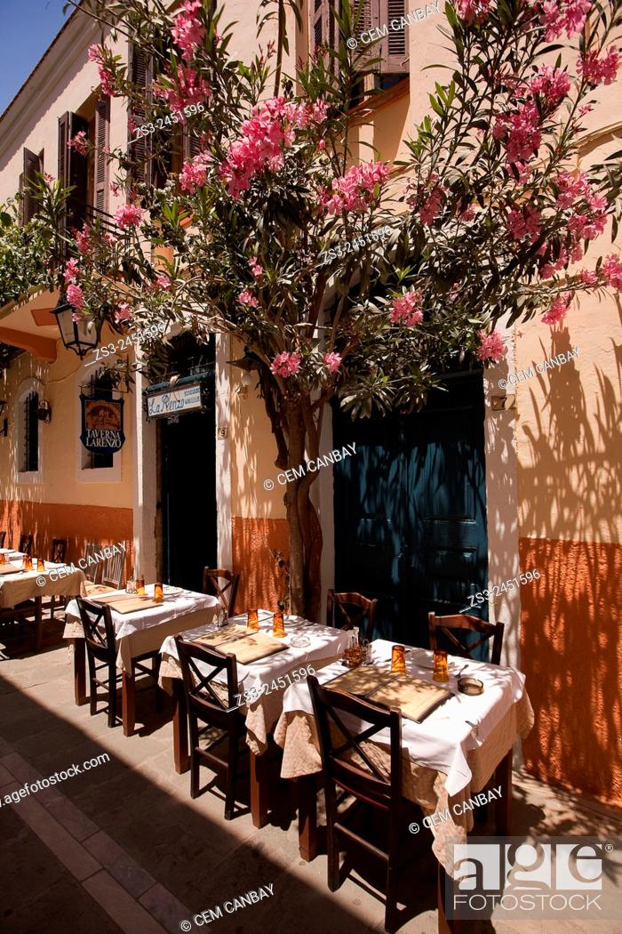 Imagen: Restaurant in the old town, Rethymno, Crete, Greek Islands, Greece, Europe.