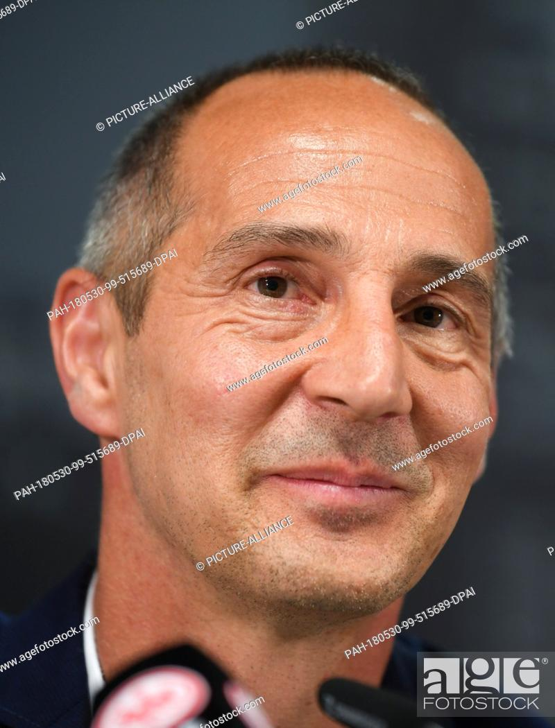 Imagen: 30 May 2018, Germany, Frankfurt/Main: Adi Huetter from Austria, new coach of the DFB Cup winner Eintracht Frankfurt, attending a press conference in the.