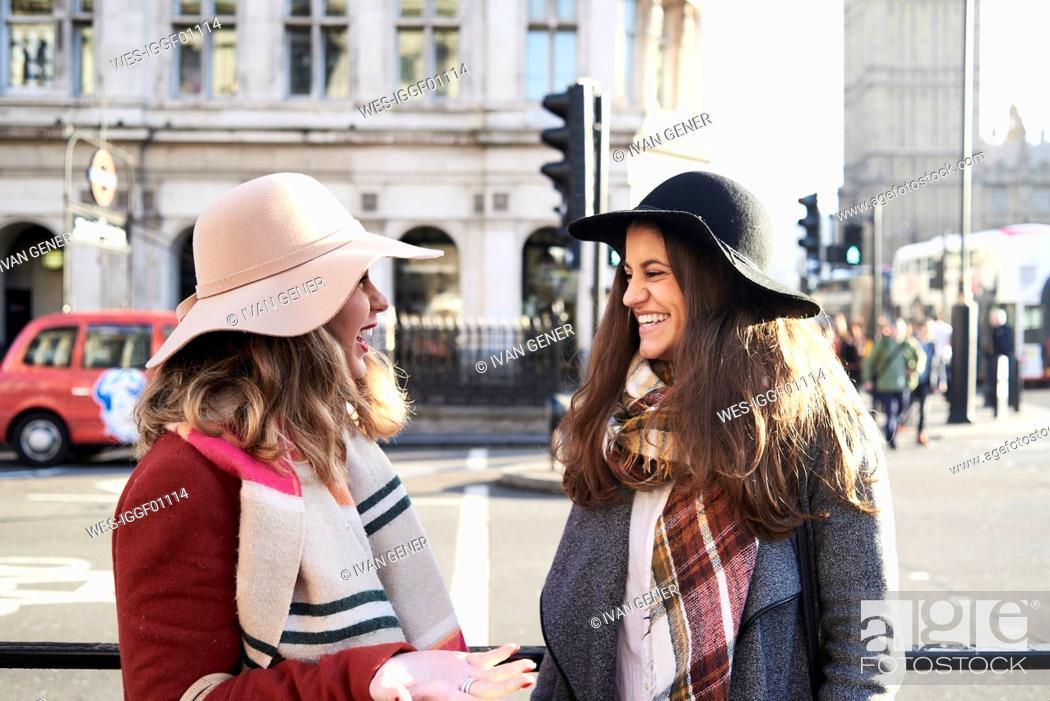 Imagen: UK, London, two happy women in the city near Big Ben.