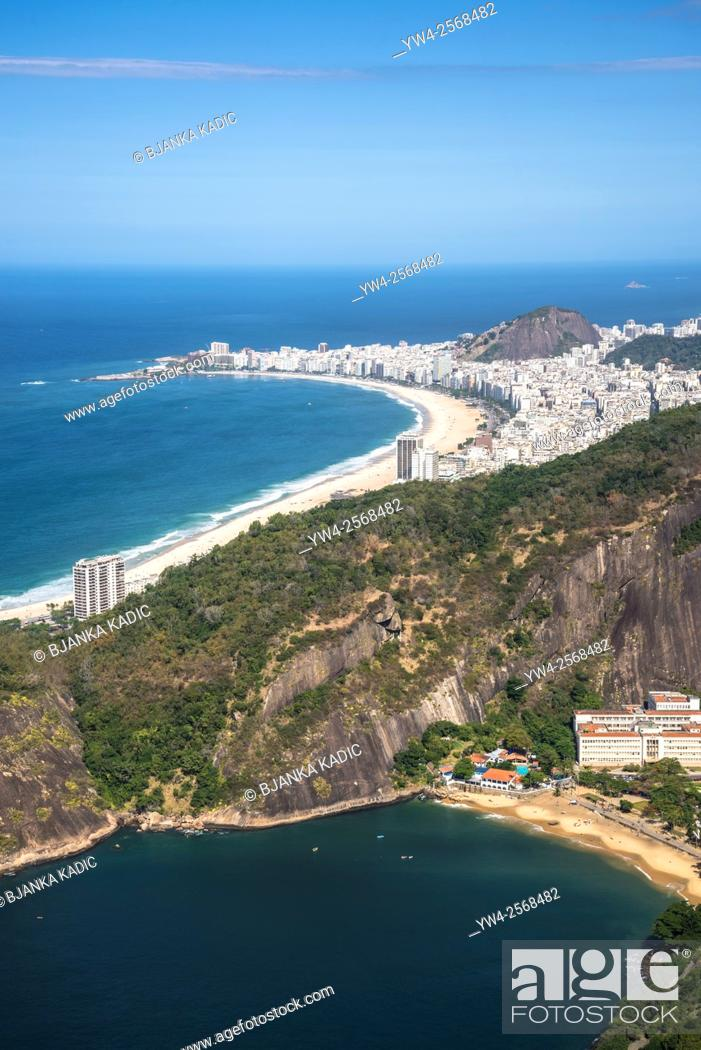 Photo de stock: Aerial view of Rio with Copacabana Beach and Praia Vermelha seen from Sugar Loaf, Rio de Janeiro, Brazil.