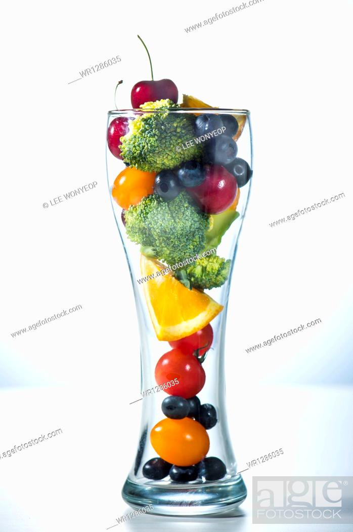 Photo de stock: a glass filled with vegetables.