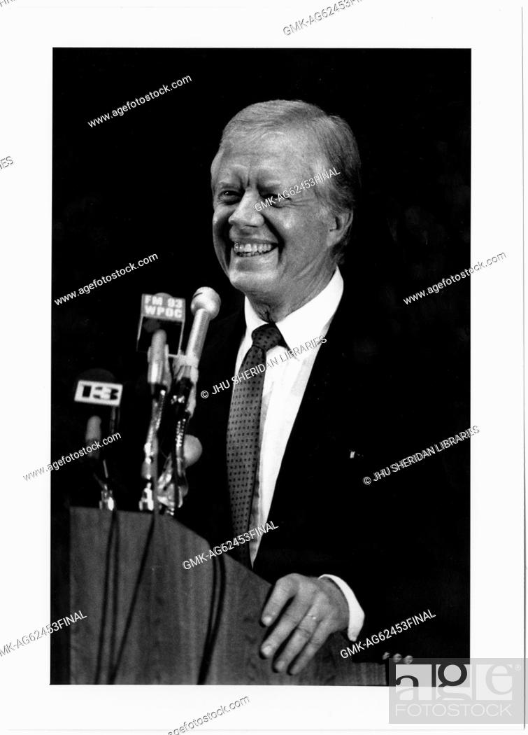 Imagen: Candid photograph of former President James Earl Carter, Jr at a press conference after receiving the Albert Schweitzer award for Humanitarianism, 1987.