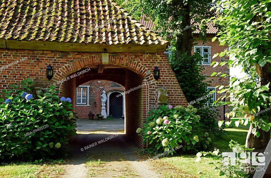 Stock Photo: Europe, Germany, Lower Saxony, Altes Land near Hamburg, Hamburg metropolitan area, Jork-Estebrugge, Esteburg, historic building, from 1609, gatehouse and moat,.