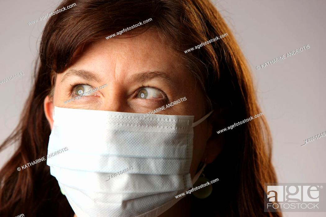 Imagen: Woman wearing surgical mask to protect herself from contracting contagious influenza viruses like H1N1 Swine Flu.
