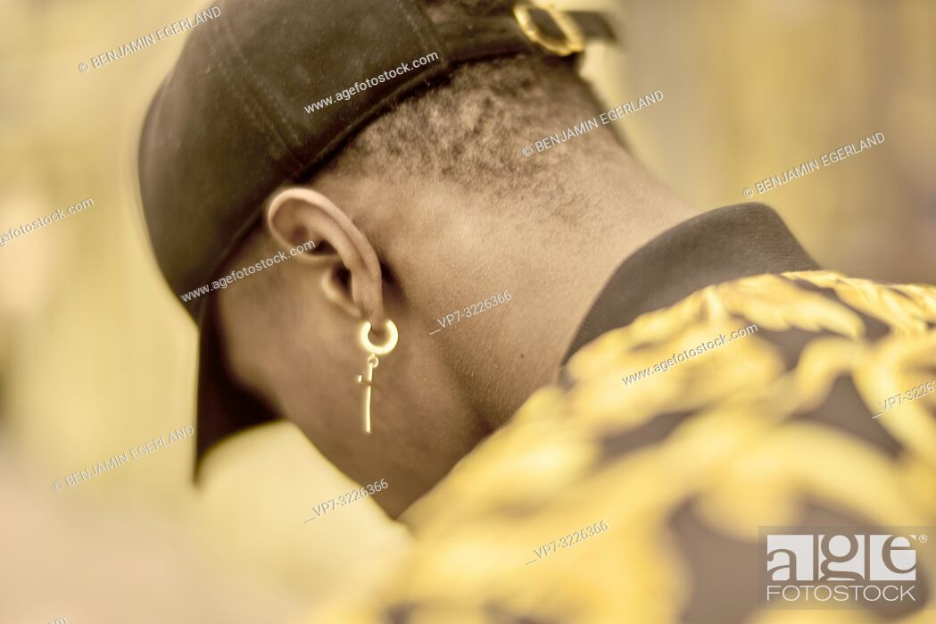 Imagen: back view of man wearing golden earring, jewelry, in Munich, Germany.