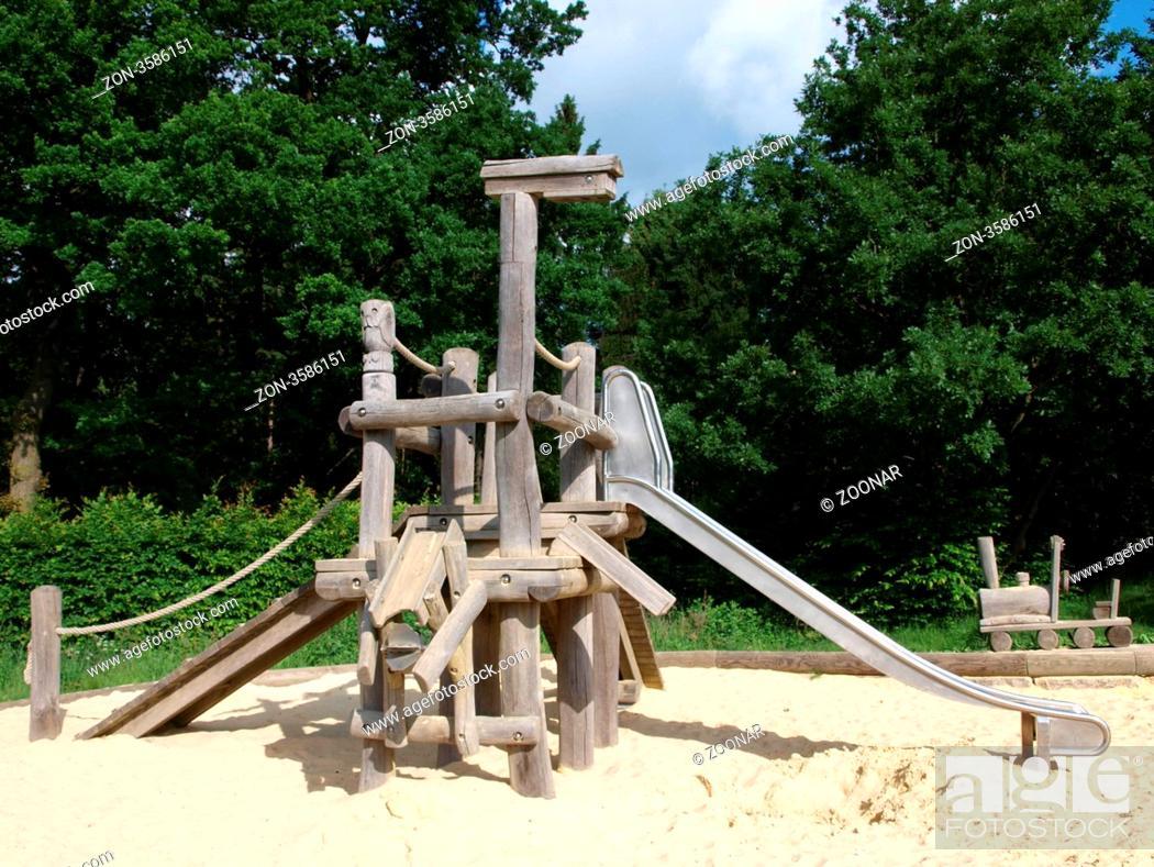 Klettergerüst Mit Sandkasten : Kinderspielplatz mit klettergerüst und rutschen sandkasten am