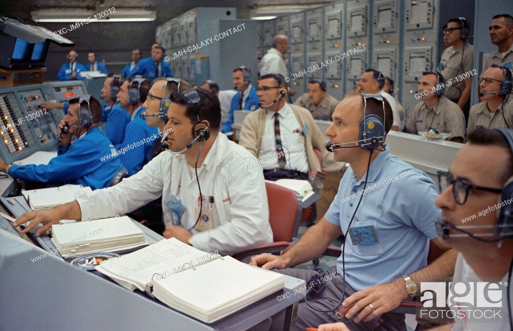 Imagen: Astronaut Alan Bean (right), spacecraft communicator for the Gemini-7 mission, joins other personnel in the Blockhouse at Launch Complex 19 during the launch of.