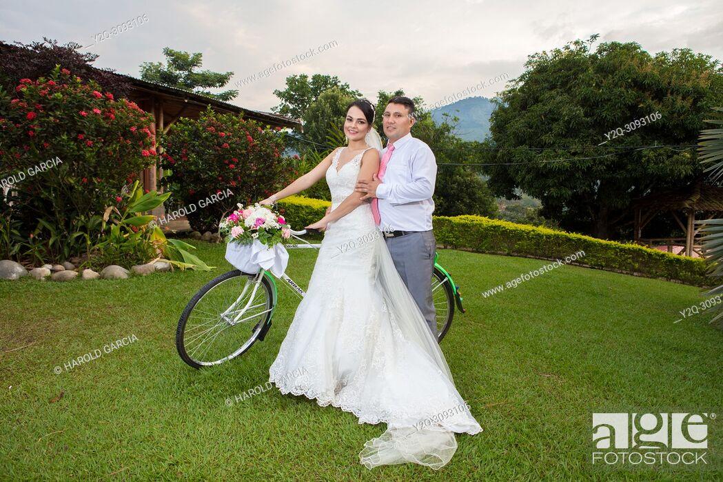 Imagen: Wedding couple posing with a bike.