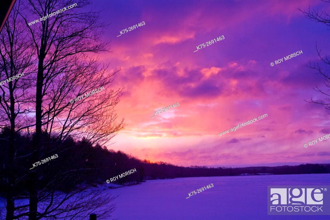 Imagen: Winter sunrise over lake.