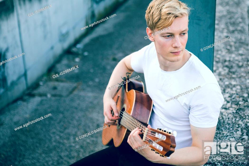 Imagen: Young musician playing guitar.