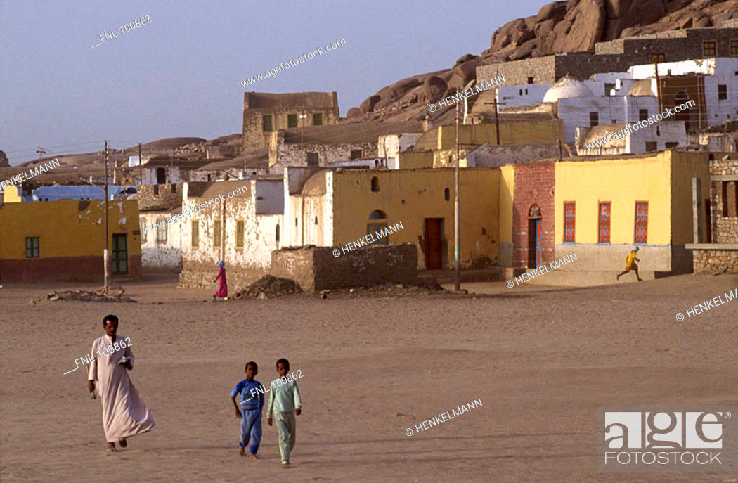 Imagen: Native person with two children in village, Aswan, Egypt.