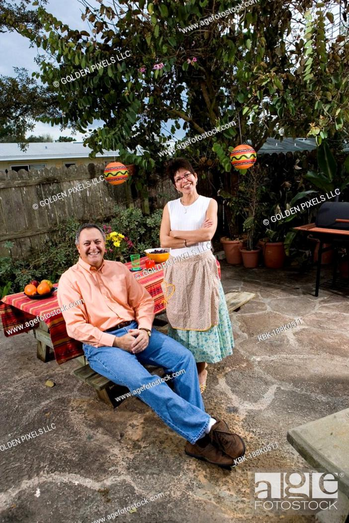Imagen: Portrait of a mature couple in front of a picnic table.