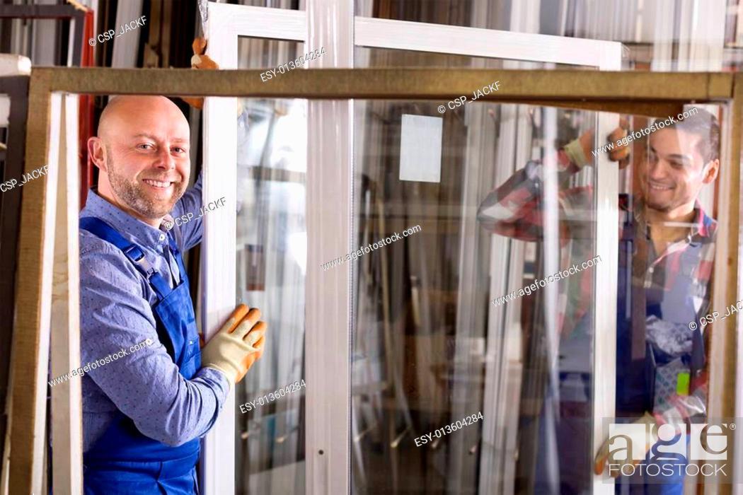 Imagen: Two workers inspecting windows.