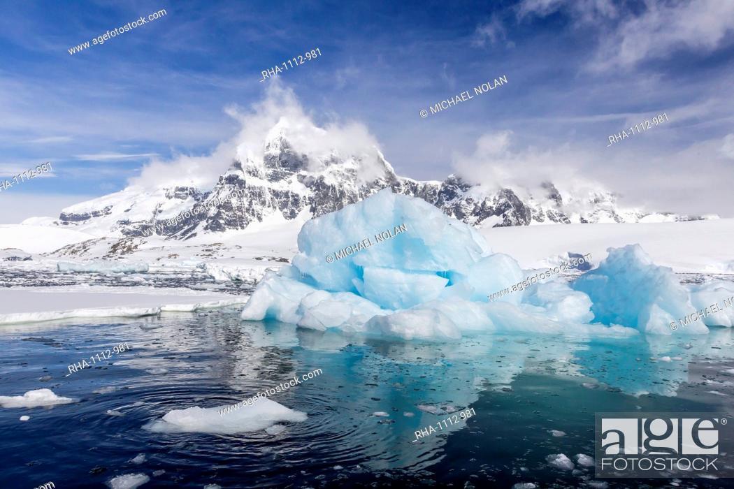 Imagen: Huge iceberg in Port Lockroy, western side of the Antarctic Peninsula, Southern Ocean, Polar Regions.
