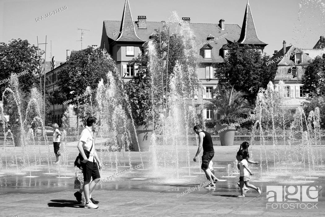 Imagen: Children playing water fountain, RAPP square, Colmar, Haut Rhin, Grand Est, France, Europe.
