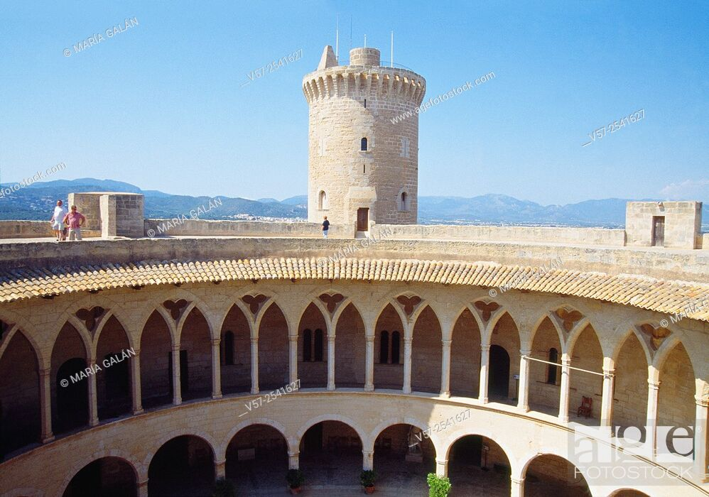 Imagen: Courtyard and keep. Bellver castle, Palma de Mallorca, Spain.
