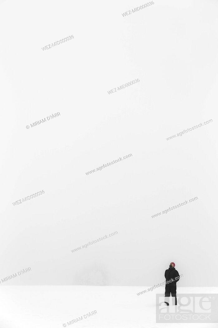 Stock Photo: Germany, Baden-Wuerttemberg, Waldshut-Tiengen, man in winter landscape.