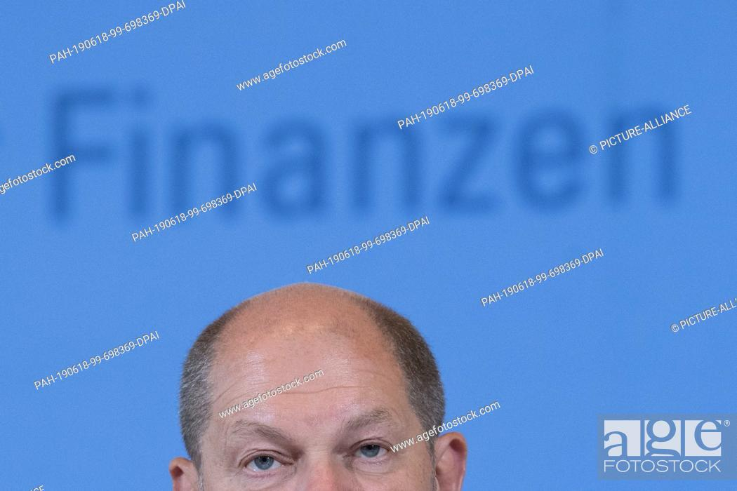 Photo de stock: 18 June 2019, Berlin: Olaf Scholz (SPD), Federal Minister of Finance, gives a press conference on the occasion of the 19th meeting of the Stability Council.