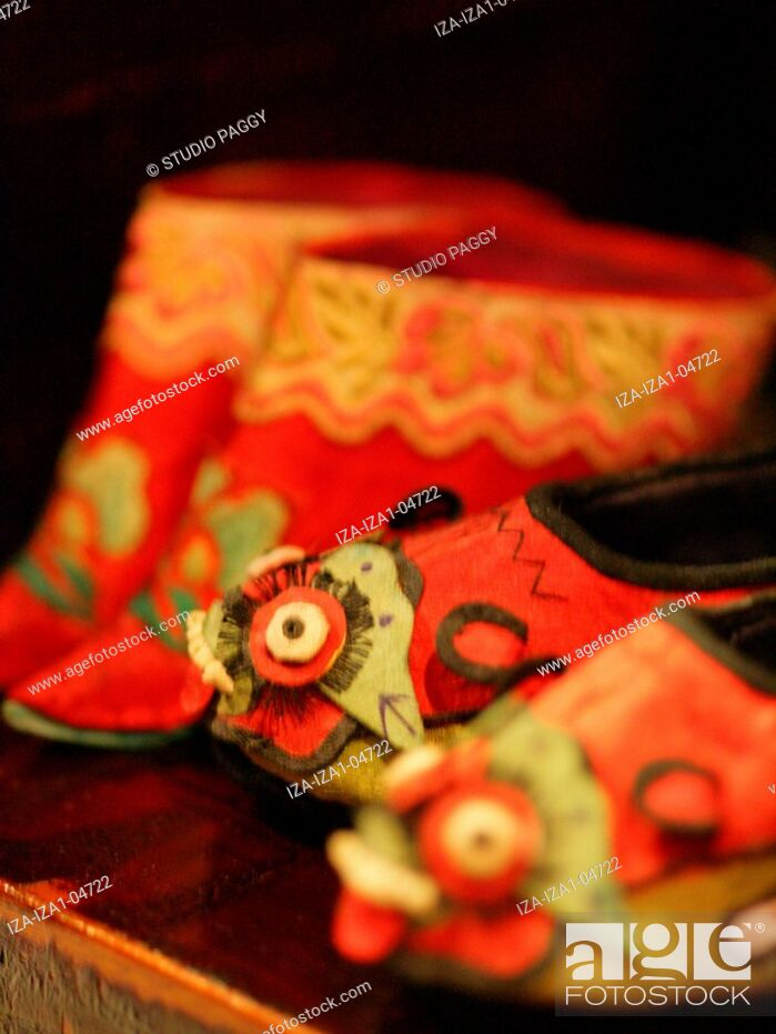 Imagen: Close-up of Chinese foot binding shoes.