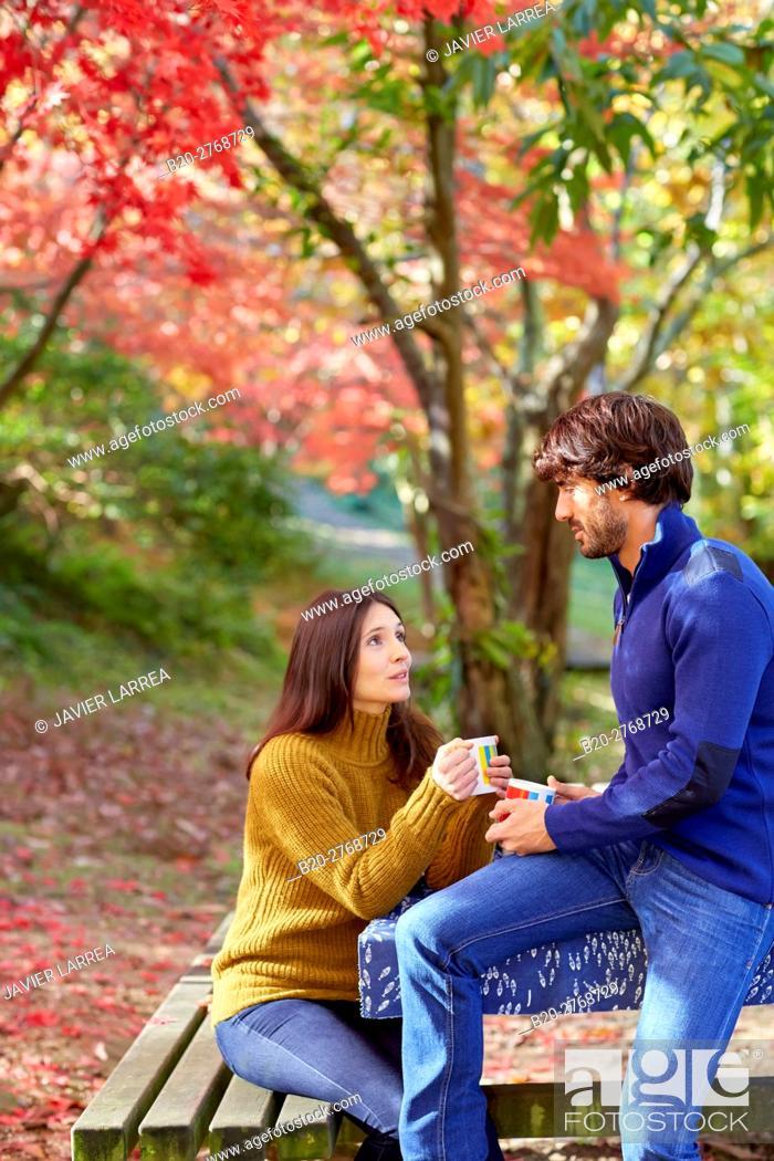 Imagen: Couple picnic in the forest, Autumn, Pagoetako Parke Naturala, Pagoeta Natural Park, Aya, Gipuzkoa, Basque Country, Spain.