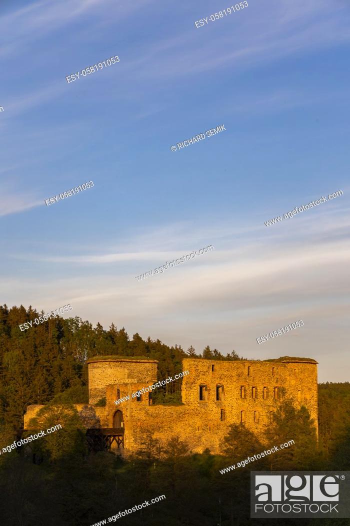 Imagen: Ruins of Krakovec castle in Central Bohemia, Czech Republic.
