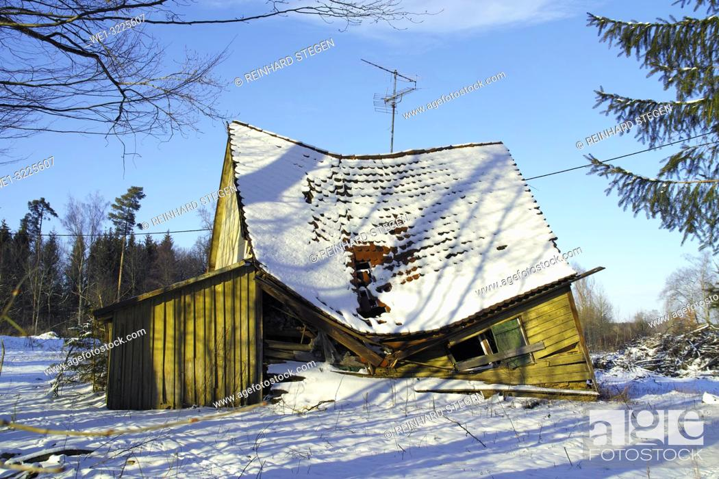 Imagen: old wooden house collapsed in winter.