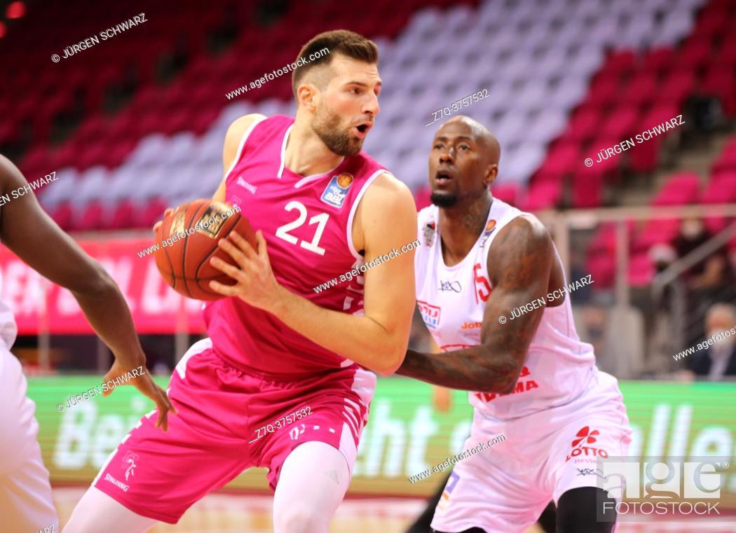 Stock Photo: Bonn, Germany, 23. 12. 2020, Telekom Dome, Basketball Bundesliga, Telekom Baskets Bonn vs Jobstairs Giessen 46ers: Leon Kratzer (Bonn) und Brandon Bowman.