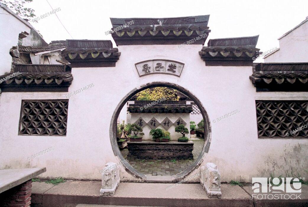 Imagen: Circular entranceway to courtyard, Xitang Town, Jiashan County, Jiaxing City, Zhejiang Province, People's Republic of China.