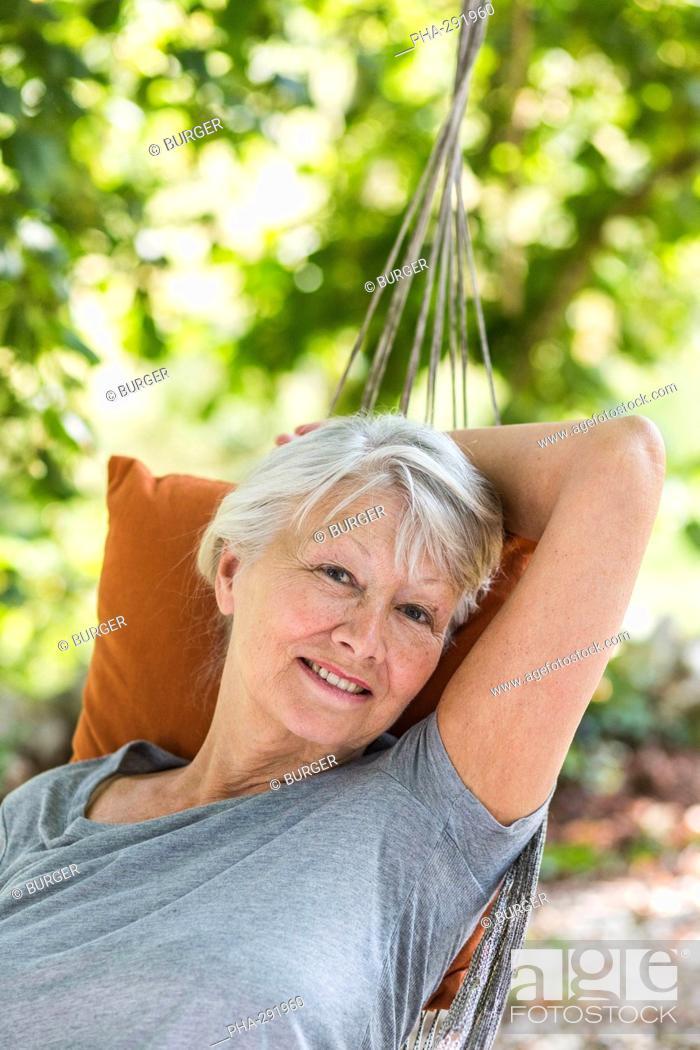 Imagen: Woman resting in a hammock.