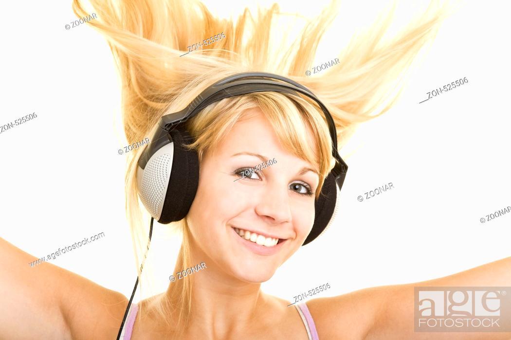Junge Blonde Frau Mit Langen Haaren Hört Lachend Musik über