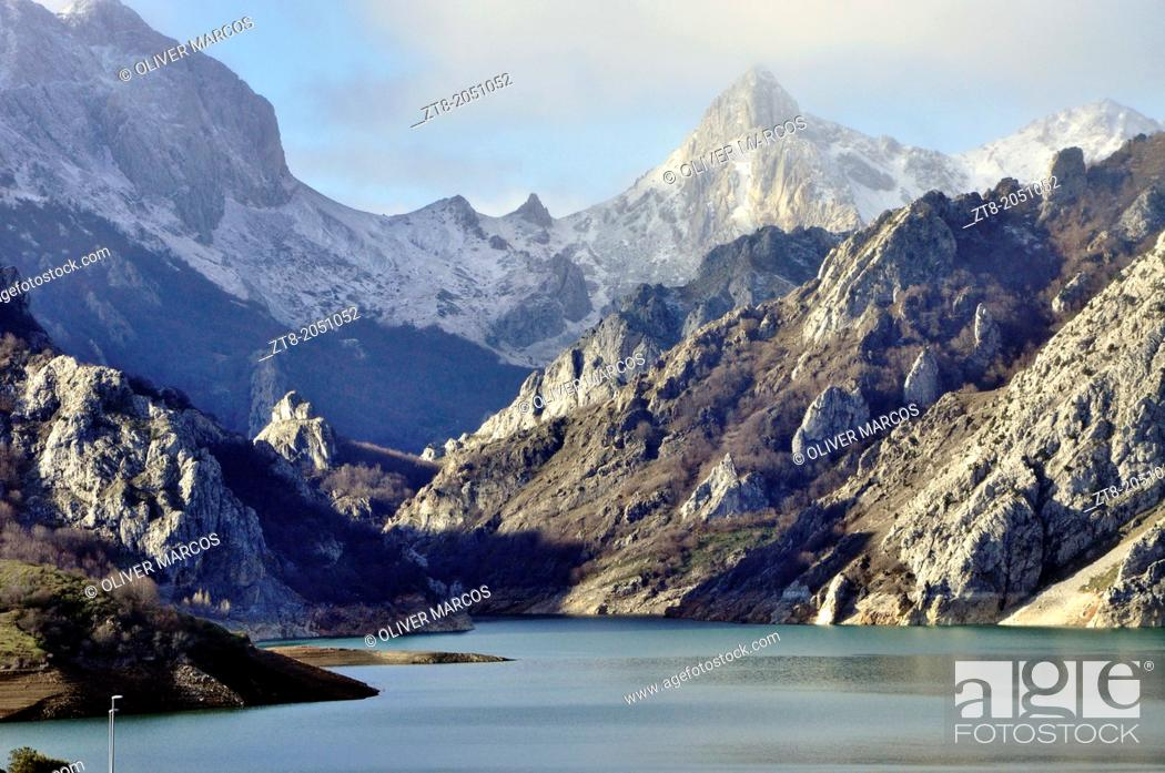 Imagen: Mountains of León with the Picos de Europa in the background as seen from the Riano reservoir, Leon province, Castilla-Leon, Spain.
